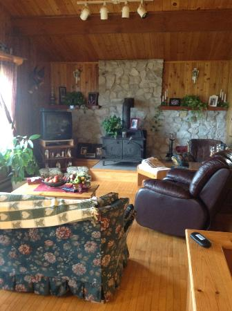 Cheticamp Outfitters Inn B & B: Lounge area of main dinning hall