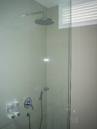 Astana Pengembak Suite Apartment & Villa: Shower