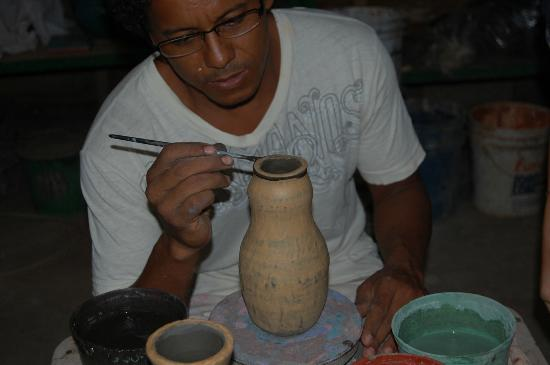 Guaitil Pottery Studio: Arbin showing Hannah how to paint the spirals