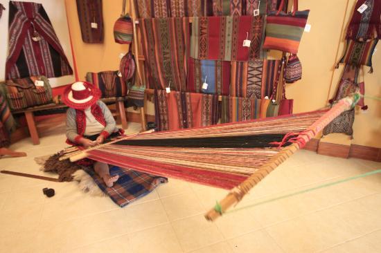 Centro de Textiles Tradicionales del Cusco: Women weaving in the store