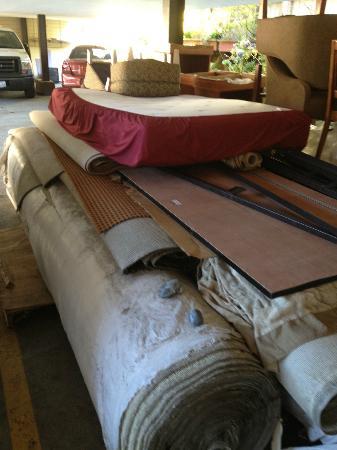 Pacific Heights Inn: Meubles brisés dans la cour
