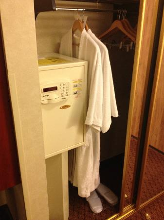 BEST WESTERN PLUS Executive Inn: robe and room slipper