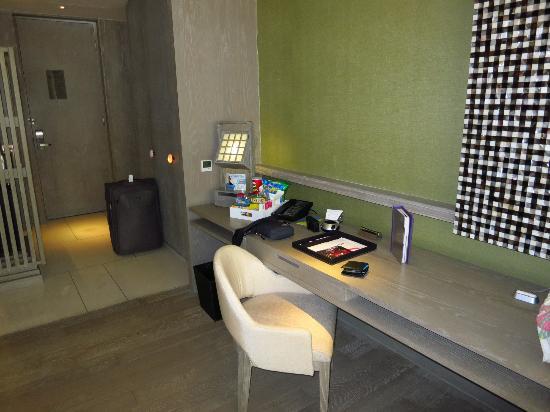 W Retreat & Spa Bali - Seminyak : Garden view room desk  bureau de chambre