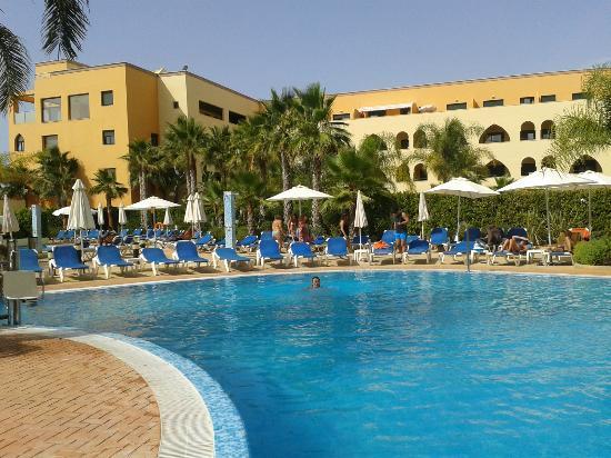 Piscina fotograf a de playamarina spa hotel isla canela for Isla leon piscina