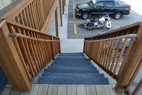 Americas Best Value Inn Sheridan: one pic of the stairs , dont look so bad but they are broken