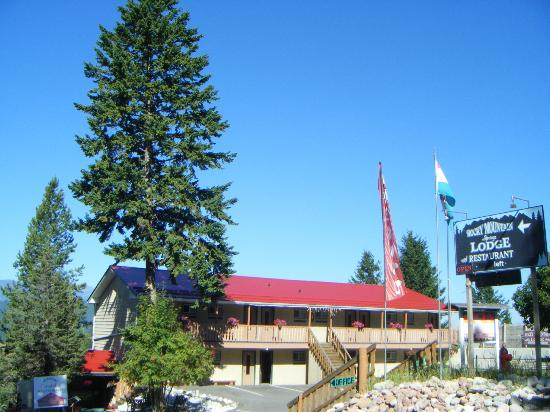 Rocky Mountain Springs Lodge and Restaurant: The front of the hotel, at the end of the road