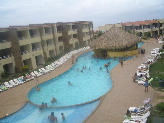 Juan Griego, فنزويلا: Vista de la piscina, al fondo la playa 
