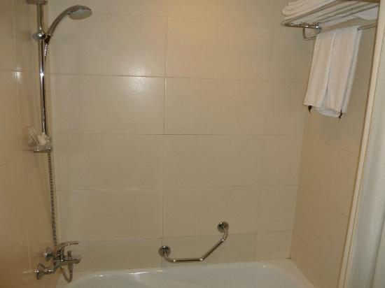 Crowne Plaza Kathmandu-Soaltee: Room 470 bathroom