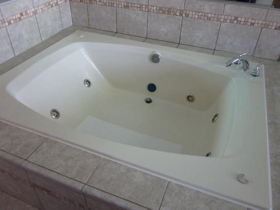 Black Hawk Motel & Suites: HUGE whirlpool and super clean!