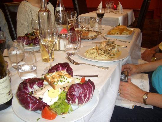 La Taverne des Ducs : chicken salad, paupiette de poisson, omelette d'homard