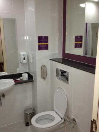 Premier Inn Dubai International Airport Hotel: bagno