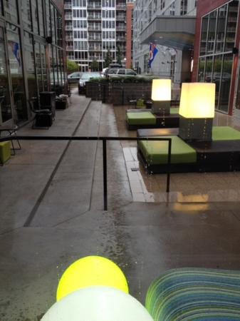 aloft Minneapolis: outdoor patio area