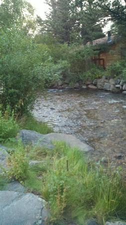Deer Crest Resort: peaceful creek along back of property