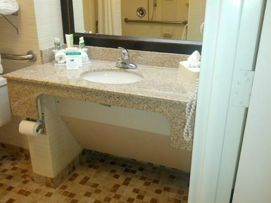Holiday Inn Express & Suites Wilmington - University Center: Our bathroom