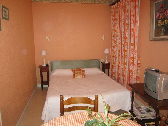 Ferme Saint Joseph : Double room with additional single bed