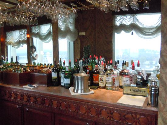 Hilton Harrisburg: Nice set-up for the Honor Bar in the Executive Lounge
