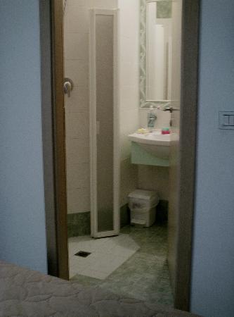 Hotel Romagna: Bagno con doccia