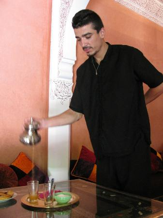 Riad Princesse du Desert: Being served hot tea, sooooo good!