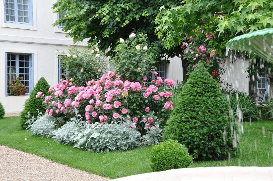 Le Vieux Manoir: Gorgeous gardens