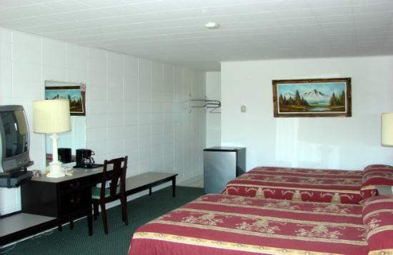 Bel Air Motel: Two queen bed room.