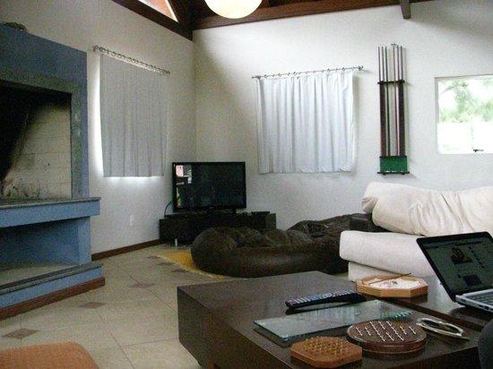 Pousada Penareia: A área de convivência tem várias opções de lazer além de lareira.