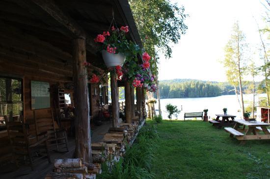Kiwassa Lake Bed & Breakfast: Porch