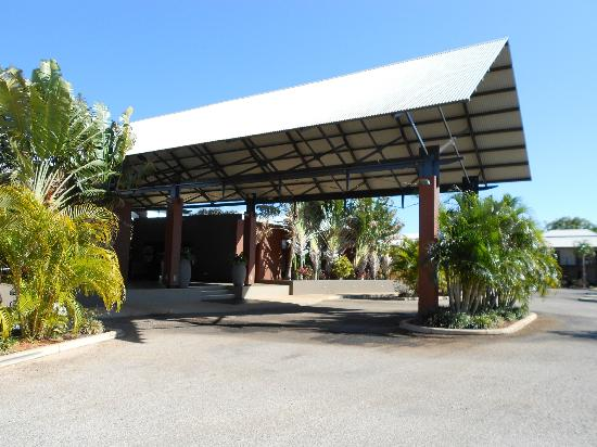 Oaks Cable Beach Sanctuary Resort: reception / drive in enterance