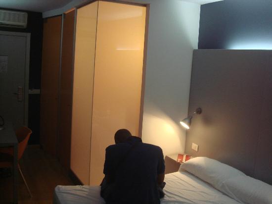 B&B Hotel Barcelona Mollet: Porte en verre, pour donner un côté moderne et design et surtout faire pénétrer la lumière