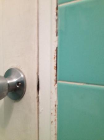 أيلاندز هاوس: bathroom door 