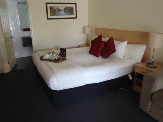 BEST WESTERN Beechworth Motor Inn: King Size Bed w tray of teas & coffees