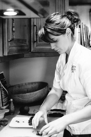 Green Gables Inn: Chef Andi preparing breakfast