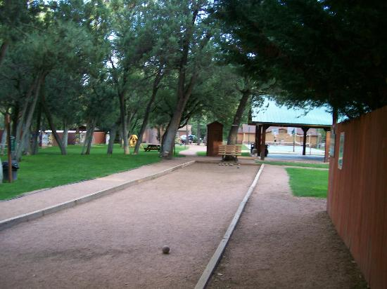 Kohl's Ranch Lodge: Bocce ball court and grounds.