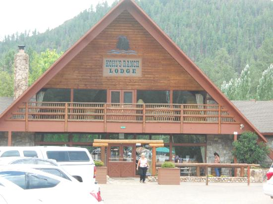 Kohl's Ranch Lodge: Front of the lodge
