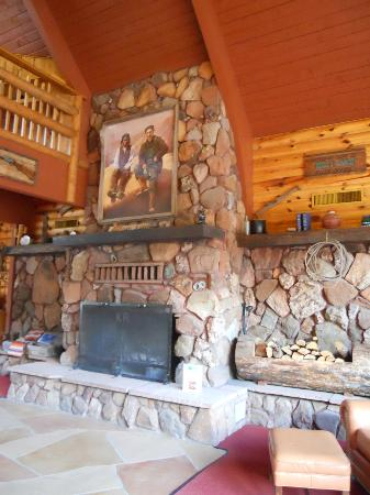 Kohl's Ranch Lodge: Beautiful fireplace in lobby.
