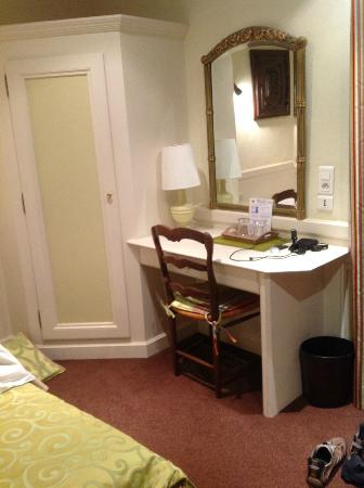 Hotel du Parc: Small desk in the room