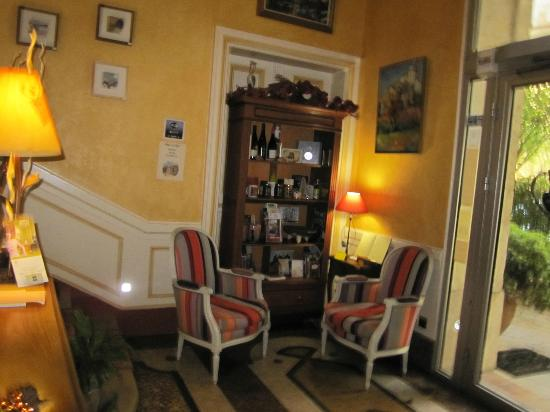 Hotel du Parc: The view as you walk in the main door to reception