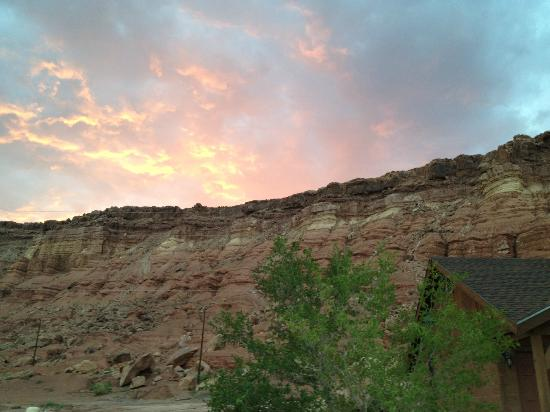 Cliff Dwellers Lodge: Sunset at cliff dwellers (view behind the lodge)