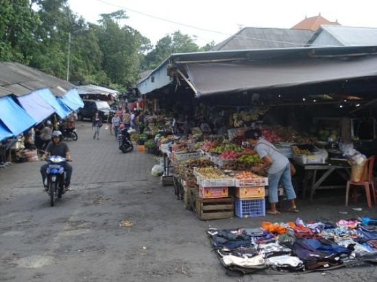 Dana Guesthouse: fruit market was 4 -5 minutes walk by