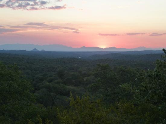 Ezulwini Game Lodges: Sunset from viewing platform at Paradise Camp