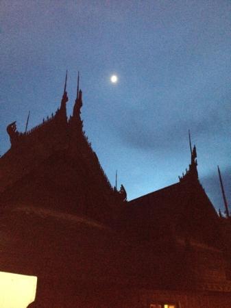 The Dheva Spa & Wellness Centre: ビルマの寺院のような建築物に月が。幻想的。