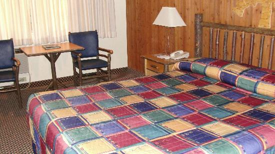 Lakeside Inn and Casino: Nice size room (queen bed)