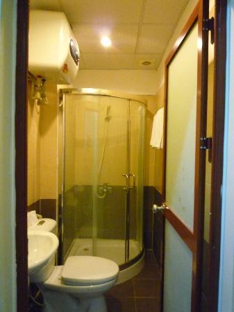 Finnegans Hotel: Bathroom in superior room