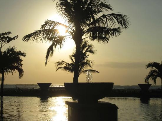 The Patra Bali Resort & Villas: Sunset at villa guest pool