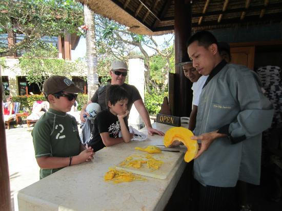 The Patra Bali Resort & Villas: Vegetable carving at the Activities Kiosk