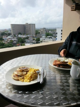 Ciqala Luxury Suites: Breakfast out on the balcony