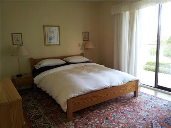 Summer Hill House Bed & Breakfast: queen bed,En suite and walkout to sundeck