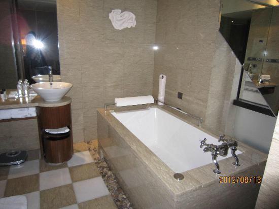 Les Suites Orient, Bund Shanghai : バスルーム