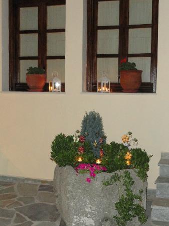 Dipolis Apartments: hand made rock flower pot