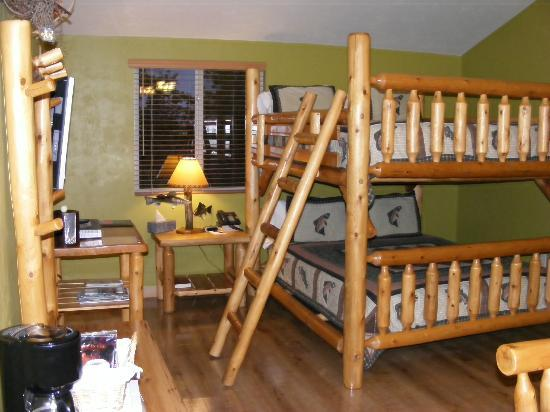 River Rock Inn & Bait Shop: Ladder to the upper bunk