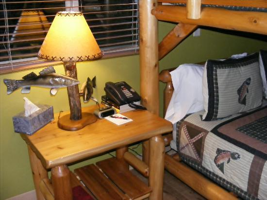 River Rock Inn & Bait Shop: Night stand and bottom bunk
